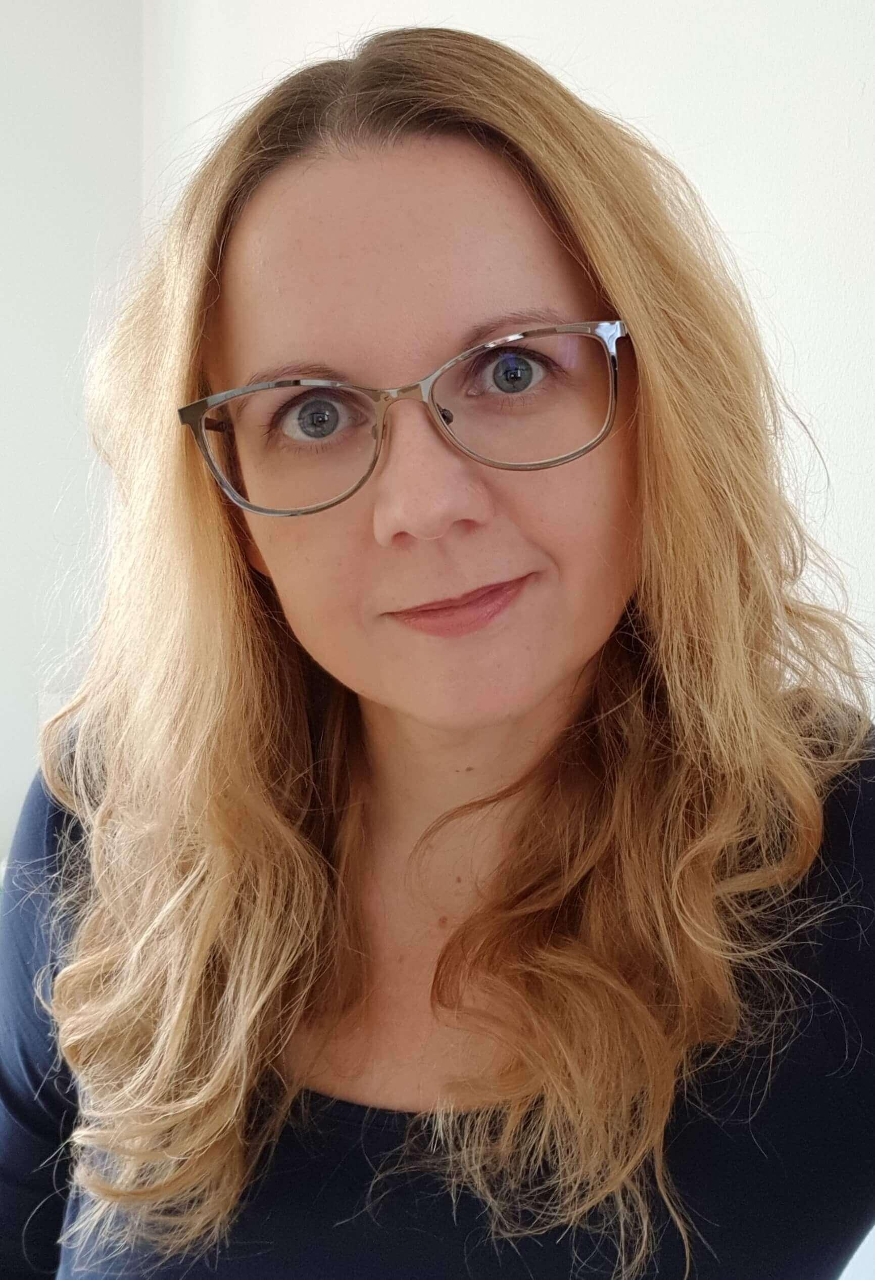 portraitfoto von Frau mit blonden Haaren und Brille